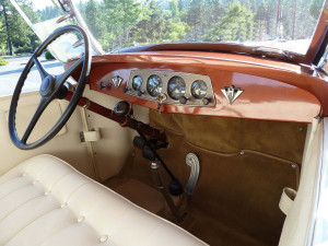 The exterior paint colors are mirrored in the interior. The Hupmobile logo flanks the instrument panel. Note the unusually-shaped gas pedal, unique to Hupmobile.